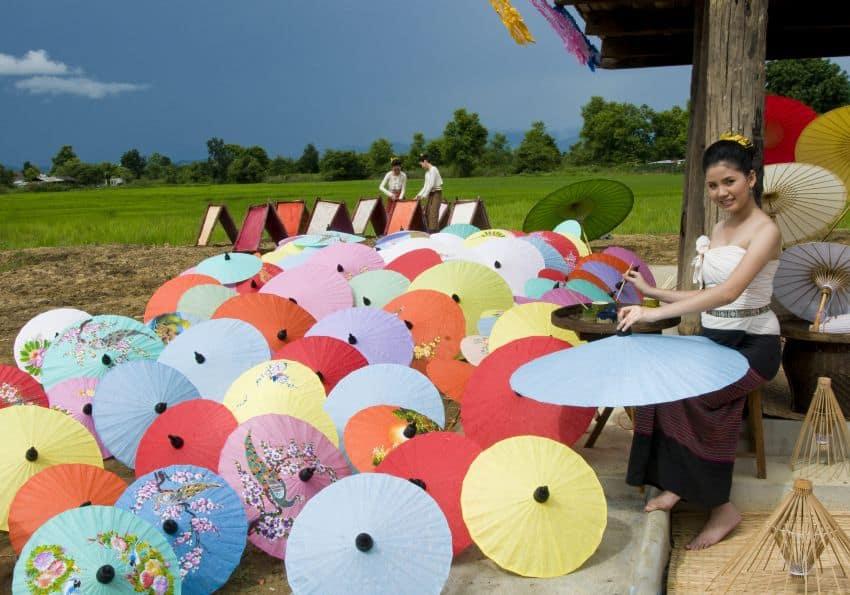Handwerkskunst in Chiang Mai Schirme bemalen Thailand