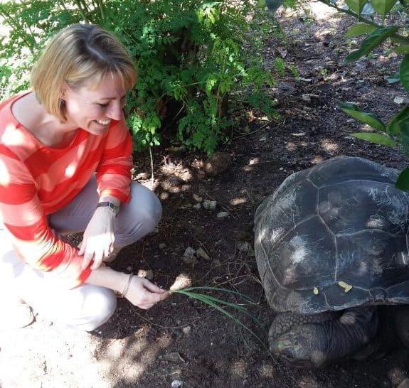 Janine Beim Schildkröten Füttern