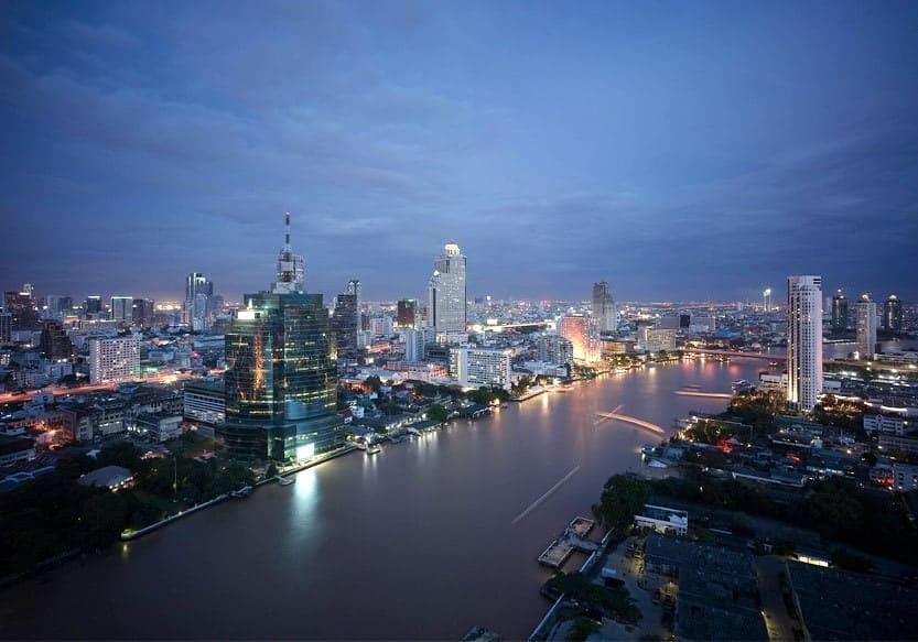 Blick vom Millenium Hilton auf Bangkok bei Nacht