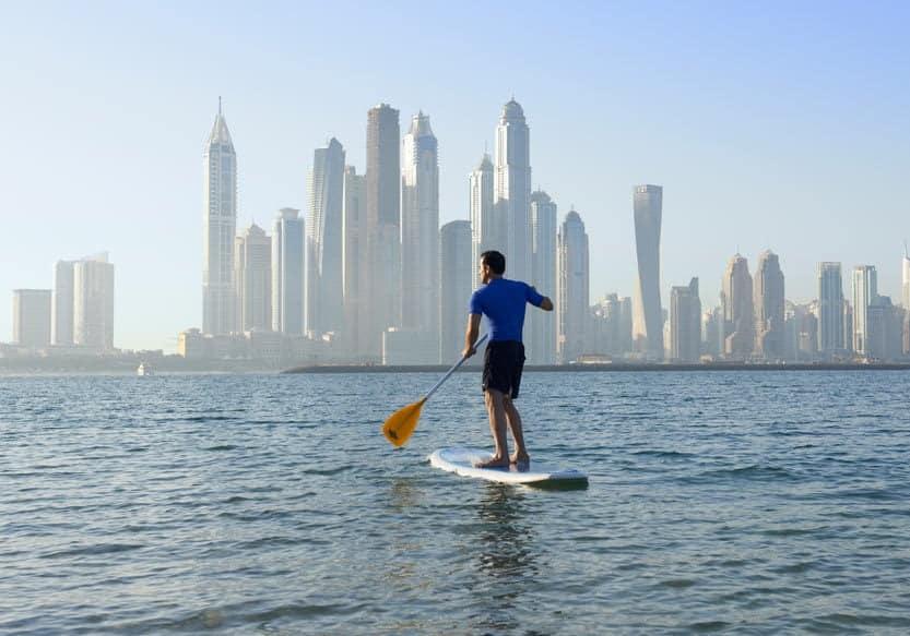 Stand-Up-Paddling vor der Skyline der Marina