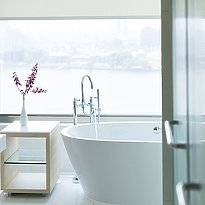 Badezimmer Junior Suite - AVANI Riverside Bangkok Hotel