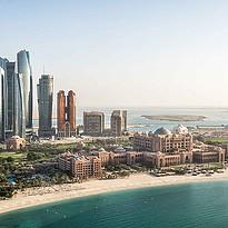 Emirates Palace mit den Etihad Towers im Hintergrund