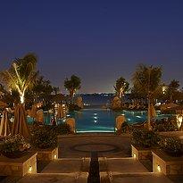Hauptpool bei Nacht - Sofitel Dubai The Palm Resort & Spa