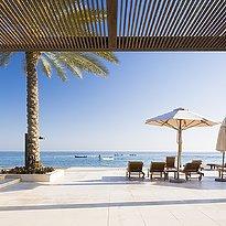 Infinity Pool Liegen - Al Bustan Palace, A Ritz-Carlton Hotel