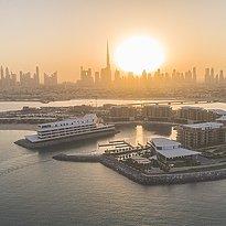 Links im Bild das Bulgari Resort Dubai