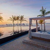 Pool bei Sonnenuntergang Al Baleed Resort Salalah by Anantara