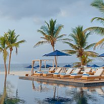 Pool mit Liegen - Al Baleed Resort Salalah by Anantara
