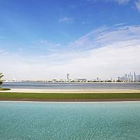 Pool und Strand des Th8 Palm