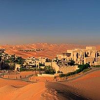 Qasr Al Sarab Desert Resort by Anantara mit den Royal Pavilion Villas im Hintergrund