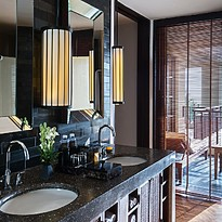 Studio Suite Badezimmer - The Legian Seminyak, Bali