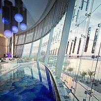 Lobby mit Blick auf den Strandbereich des Jumeirah at Etihad Towers