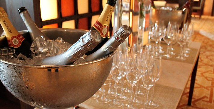 Alkoholische Getränke ab 12 Uhr - The Ritz-Carlton, Dubai