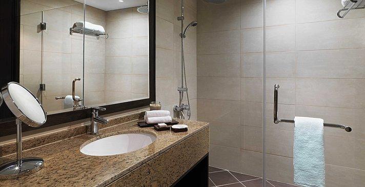 Standard Room Badezimmer - Anantara Dubai The Palm Resort & Spa