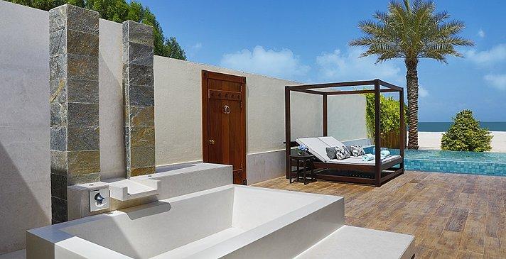 Außenbereich der Villen - The Ritz-Carlton, Al Hamra Beach