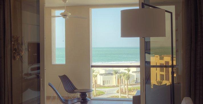 Park Suite Wohnzimmer und Balkon