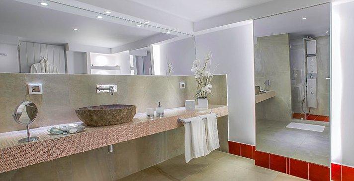Pure Suite Badezimmer - Santorini Secret Suites & Spa
