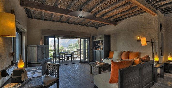 Wohnzimmer der 2 Bedroom Beachfront Zighy Pool Villa Suite