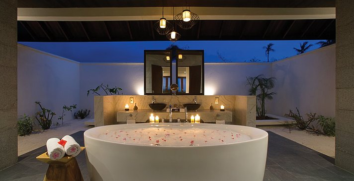 Sunset Beach Villa mit Pool Badezimmer - Atmosphere Kanifushi