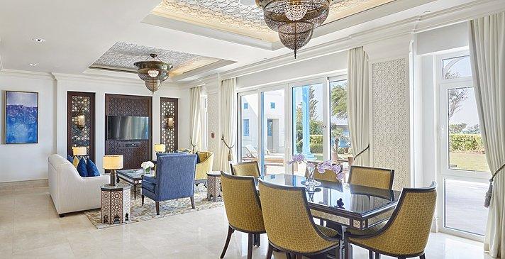 Two Bedroom Beach Villa mit Pool Wohnzimmer - Hilton Salwa Beach Resort