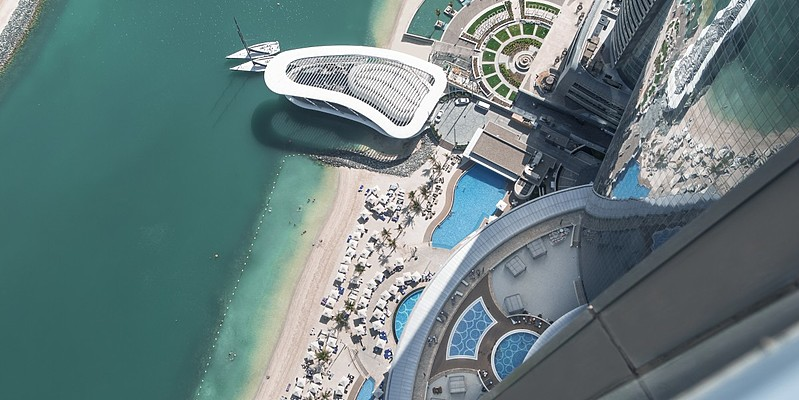 Blick aus dem Conrad Etihad Towers auf den Strand