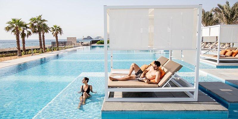 Infinity Pool mit Cabana (Mindestverzehr) - InterConti Fujairah