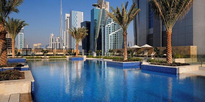Swimmingpool mit Blick auf den Burj Khalifa - JW Marriott Marquis Dubai
