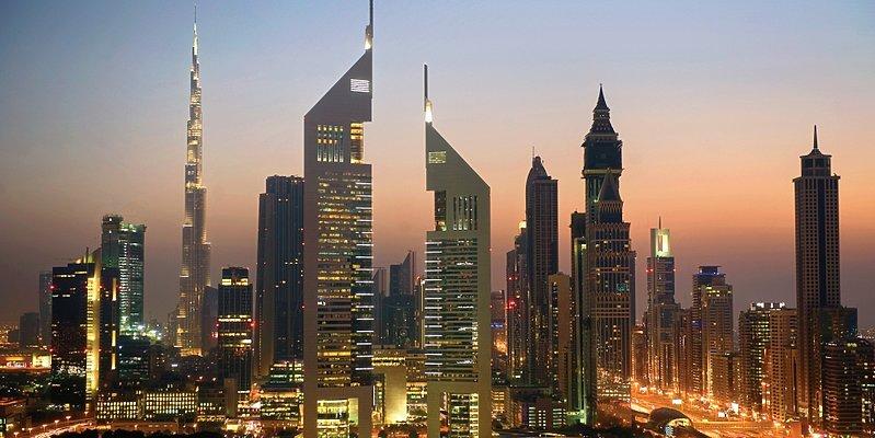 Jumeirah Emirates Towers mit dem Burj Khalifa im Hintergrund