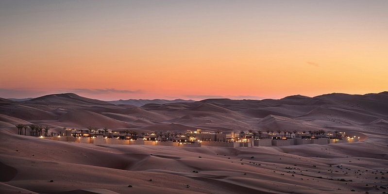 Royal Pavilion Villas by Qasr Al Sarab in der Abenddämmerung
