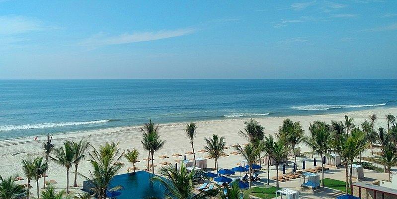 Strand und Pool des Al Baleed Resort Salalah by Anantara
