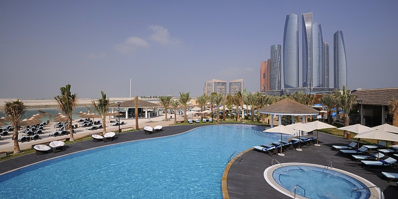 Strand und Pool am hoteleigenen Bayshore Beachclub - InterContinental Abu Dhabi